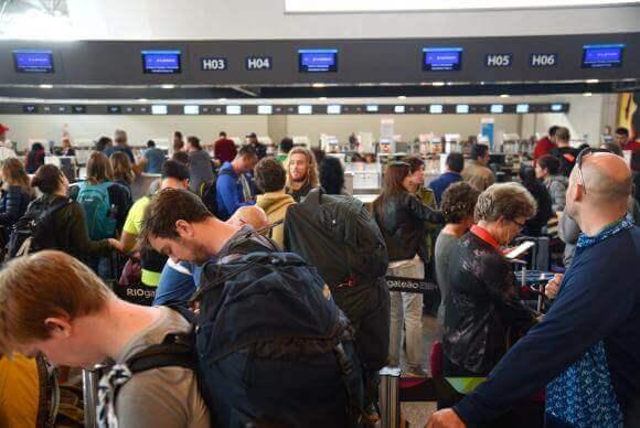 Passageiros que foram barrados ao fazer check-in serão indenizados por dano moral.