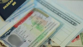 Passageira sem visto de entrada por conexão não prevista receberá indenização.