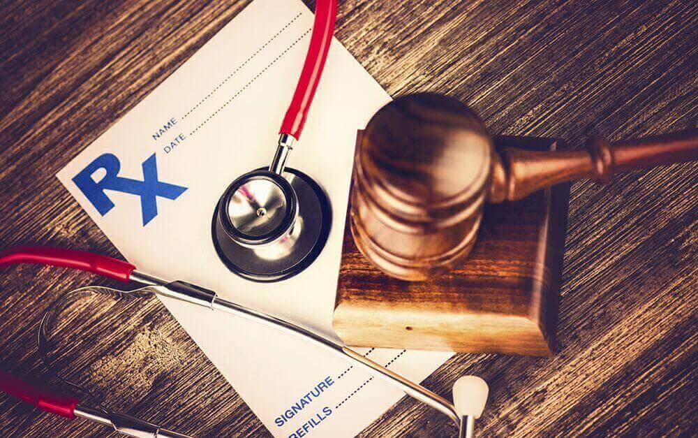 Paciente que sofreu aborto espontâneo teve seu atendimento recusado por carência, recebendo indenização de R$ 10mil de danos morais.