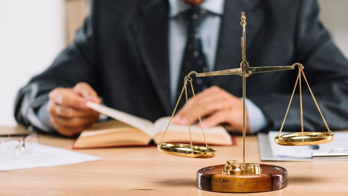 Como escolher um advogado? Saiba como contratar um advogado com segurança