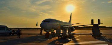Passageiro é expulso de avião por ato de homofobia