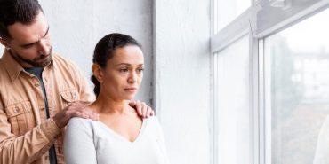 Casal impedido de embarcar por alegação equivocada de fraude perde funeral de parente e ganha recurso no Tribunal para receber R$35 mil de danos morais