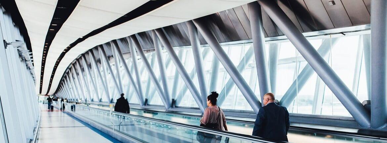 Falta de assistência material após cancelamento de voo gera indenização de R$20 mil a casal que dormiu no chão do aeroporto