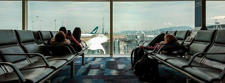 Casal que dormiu no chão do aeroporto receberá R$ 20 mil de indenização por atraso de voo de 17 horas